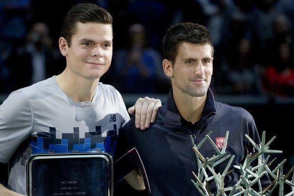 Novak Djokovič sa stal víťazom turnaja ATP Masters 1000 v Paríži, keď vo  finále si poradil s nasadenou sedmičkou Kanaďanom Milošom Raoničom (vľavo) 6:2 a 6:3.