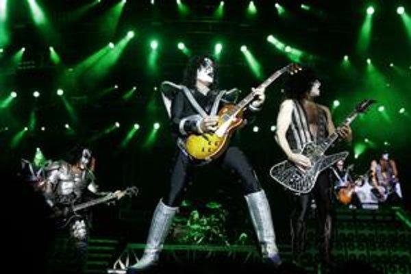 Na prvý pohľad pôsobia trochu odstrašujúco, ale Kiss hrajú hudbu, ktorú vďaka melodickým refrénom počúvajú milióny ľudí po celom svete.