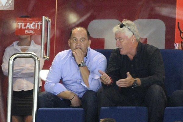 Vľavo generálny manažér HC Slovan Maroš Krajči a vpravo hokejový tréner Miloš Říha v zápase KHL medzi HC Slovan Bratislava a CSKA Moskva v Bratislave 20. septembra.