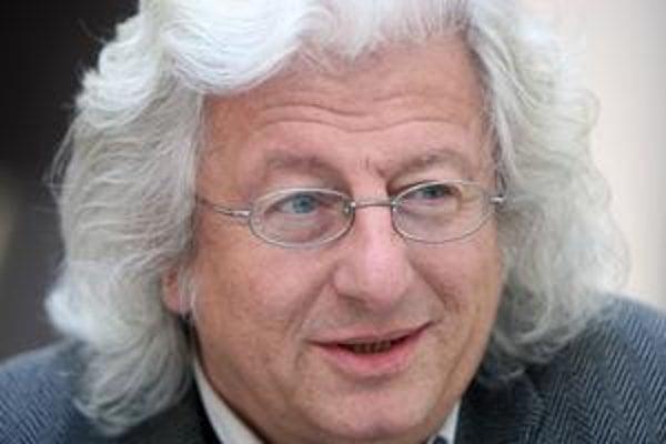 Péter Esterházy (1950) sa narodil v Budapešti, vyštudoval matematiku. V slovenskom preklade mu v Kalligrame vyšli knihy Harmonia caelestis, Opravené vydanie a teraz Pomocné slovesá srdca a Žiadne umenie. Jeho diela preložili do viac ako dvadsiatich jazyko