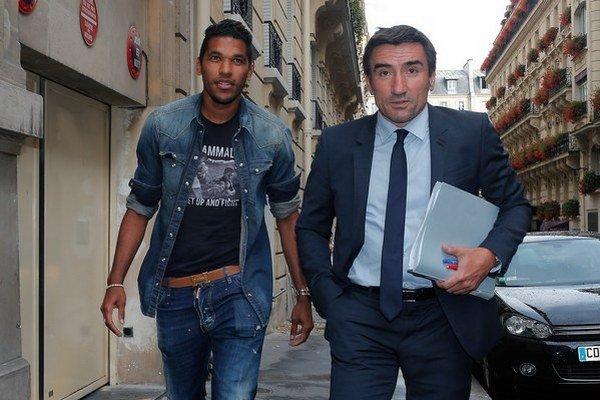 Brandao (vľavo) prichádza so svojím právnikom na zasadnutie disciplinárnej komisie.