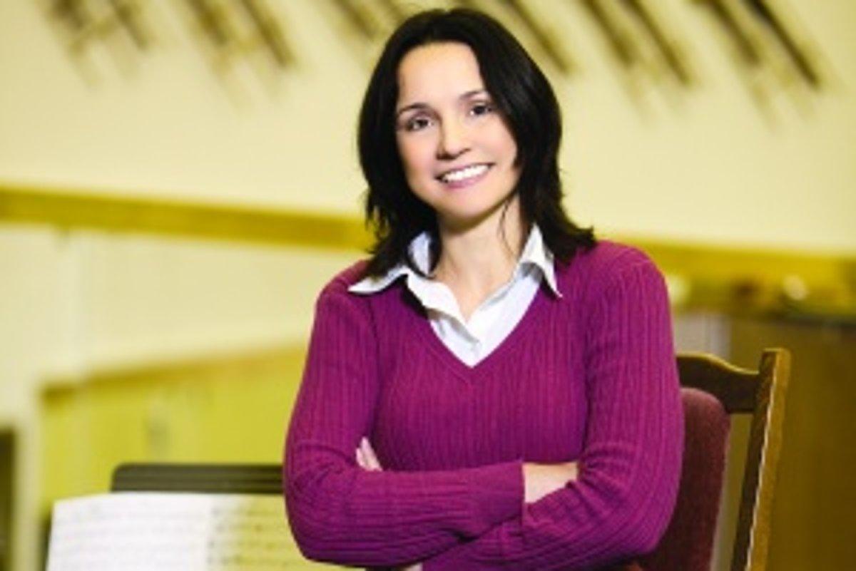 Miliardářka Claire Zachanassian, ona titulní stará dáma, přijíždí na Zamiloval se a se svou o 20 let mladší láskou plánuje rodinu, nový dům.