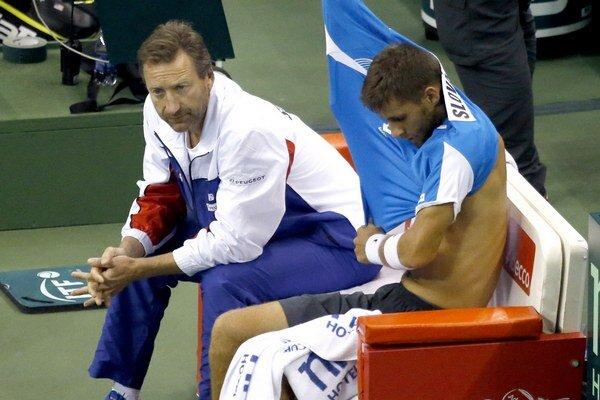 Na snímke slovenský tenisový reprezentant Martin Kližan (vpravo) a nehrajúci kapitán slovenského tímu Miloslav Mečíř.