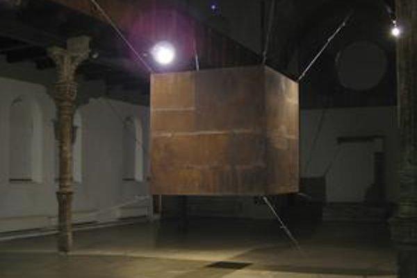 Inštalácia Arela od Milana Mikulu v trnavskej synagóge.