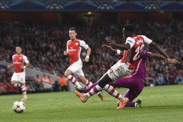 Danny Welbeck (vpravo) z Arsenalu strieľa jeden zo svojich gólov.