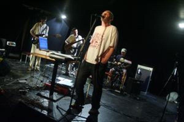 Takto vyzerá a hrá Ali Ibn Rachid v roku 2009. V popredí kapelník Ľubo Burgr.