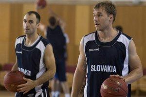 Anton Gavel (vpravo) s Nenadom Miloševičom. Slovenských basketbalistov čaká boj o postup na majstrovstvá Európy. Hrajú s Rumunskom, Švédskom a Lotyšskom. Kvalifikáciu začnú 10. 8. v Pezinku proti Rumunom.