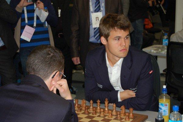 Na snímke vpravo majster sveta Nór Magnus Carlsen.