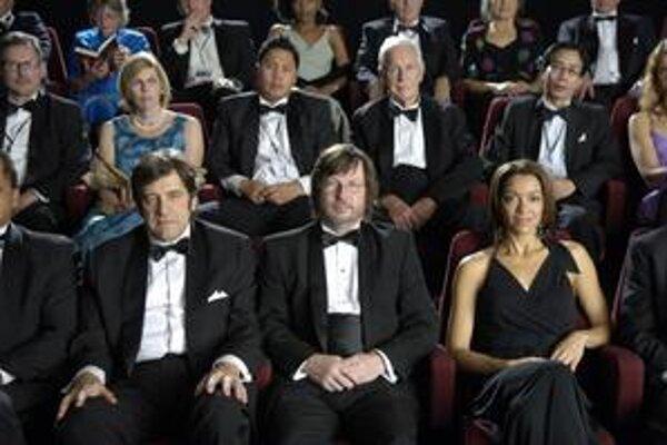 Lars von Trier (v strede) zatiaľ pokojne pozerá film, čoskoro ho však muž vedľa rozzúri do nepríčetnosti. Neovládne sa, hoci je  v  Cannes.