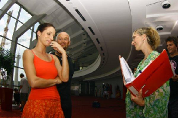 Laura Siváková ( vpravo) počas nakrúcania filmu Nebo, peklo... zem.