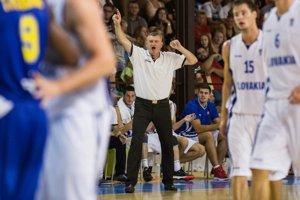 Tréner Slovenska Milan Černický (uprostred) počas basketbalového zápasu F-skupiny kvalifikácie ME 2015 mužov Slovensko - Švédsko. Pezinok, 17. august 2014.