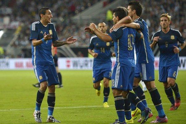 Ángel di María (vľavo) oslavuje so spoluhráčmi gól Sergia Agüera.