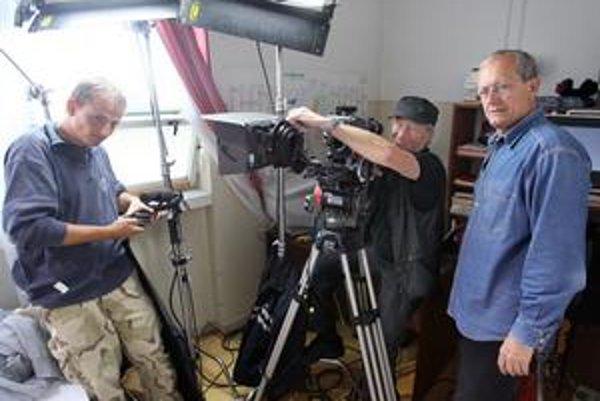 Miloslav Luther (vpravo)režíroval rozprávku Kráľ drozdia brada a filmy Zabudnite na Mozarta, Skús ma objať, Anjel milosrdenstva, Útek do Budína či seriál Svedok umierajúceho času. V edícii SME vyšiel Chodník cez Dunaj. Brat, kameraman Igor Luther (uprostr