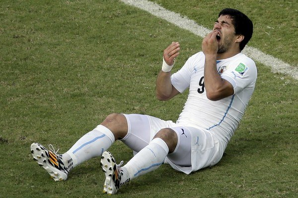 Suárez si od bolesti držal zuby a kontroval, či mu jeden z nich nechýba.