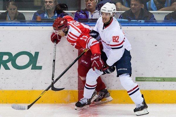 Viačeslav Kozlov (vľavo) ako hráč Spartaka Moskva v súboji s hráčom Slovana Michalom Vondrkom.