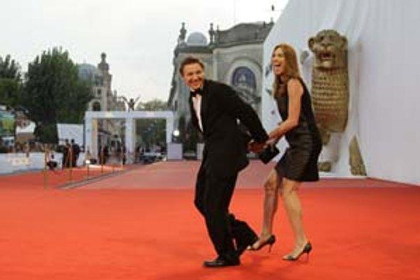 Americká režisérka Kathryn Bigelow (na snímke s hercom Jeremy Rennerom) získala na benátskom festivale cenu Stile Persole Award za film The Hurt Locker.