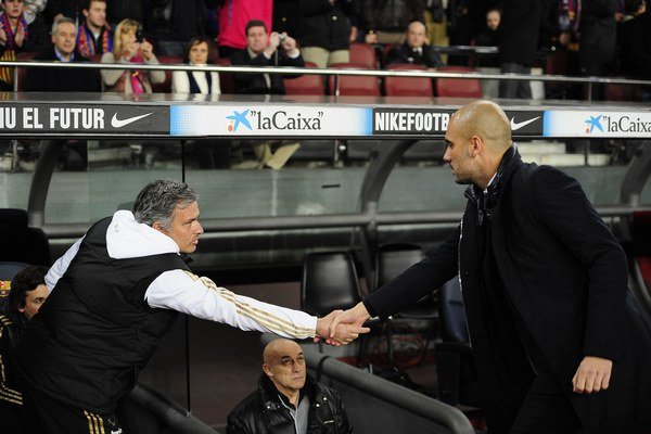 Pep Guardiola (vpravo) a Jose Mourinho si podávajú ruky na archívnej snímke. Prvý ešte ako tréner FC Barcelona, druhý ako tréner Realu Madrid.