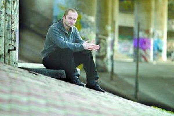 Michal Kaščák (1972) sa narodil v Trenčíne. Vyštudoval Prírodovedeckú fakultu UK v Bratislave, odbor matematika - zemepis. Bol spevákom legendárnej skupiny Bez ladu a skladu, neskôr založil formáciu Neuropa. Okrem toho zložil hudbu k niekoľkým divadelným
