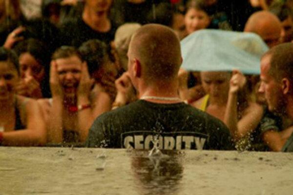 Ani dážď nerozohnal návštevníkov počas jubilejného 5. ročníka rockového festivalu Topfes na Zelenej vode pri Novom meste nad Váhom.