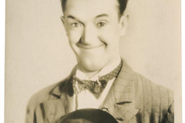 Na snímke z aukčného domu Christie´s je komik Stan Laurel zo slávnej dvojice 30. rokov 20. storočia Laurel a Hardy a v ruke drží svoj typický klobúk.