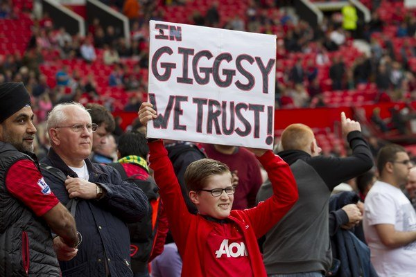 Fanúšik United drží transparent s nápisom: Veríme v Giggsyho.