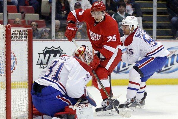 Tomáš Jurčo (v strede) si zahral v premiérovej sezóne v NHL aj v play off.