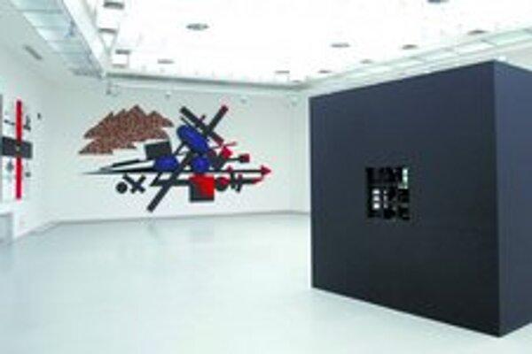 Pohľad na expozíciu z diel Rudolfa Sikoru v priestoroch Domu umenia v Bratislave. Vpravo v popredí známy objekt Väzenie pre Maleviča.