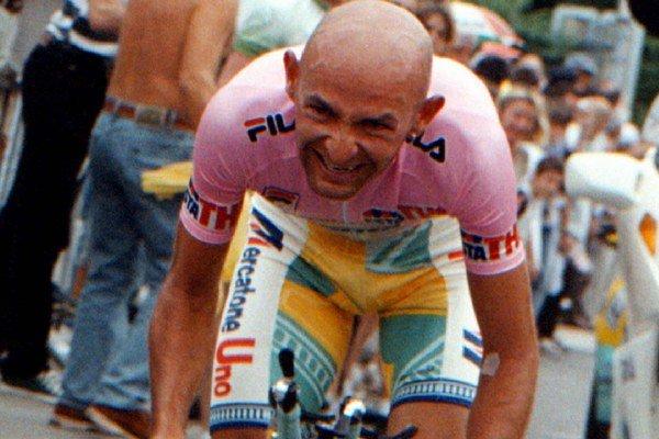 Na archívnej snímke z 6. júna 1998 taliansky cyklista Marco Pantani počas 21. etapy pretekov Giro d´Italia.