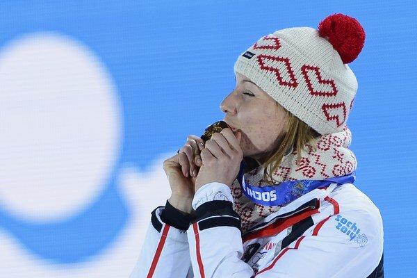Anastasia Kuzminová si práve prebrala zlatú medailu.