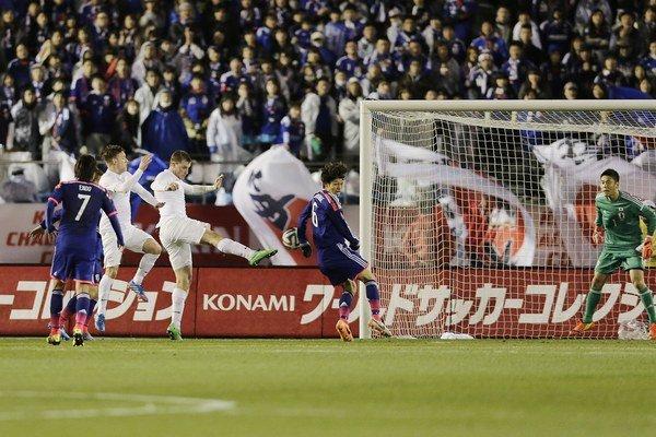 Novozélanďan Chris Wood (tretí sprava aj zľava) strieľa gól v Japonsku.