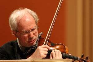 Gidon Kremer (1947) pochádza z Lotyšska. Ako štvorročný začal hrať na husle a v Moskve sa stal žiakom fenomenálneho Davida Oistracha. V jeho repertoári dominujú diela súčasných autorov, mnohí z klasikov 20. storočia napísali skladby priamo pre neho. Kriti