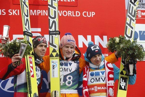Severin Freund (v strede), Anders Bardal (vľavo) a Kamil Stoch.
