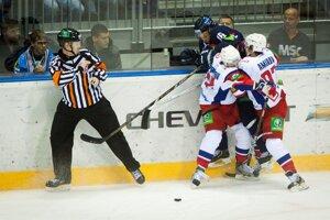 Na snímke hráči Lokomotivu Jaroslavľ a slovanista Roman Kukumberg.