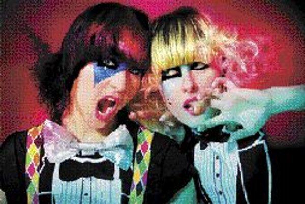 Robots In DisguiseRobots In Disguise tvorí duo Dee Plum, gitara a vokály, a Sue Denim, basa a vokály, tak trochu rebelujúce princezné, trochu príšerky s domácky tvorenou hudbou. Táto veľmi neortodoxná dvojica hrajúca v štýle electro-indie-rock-dance si z