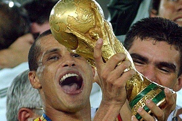 Brazílčan Rivaldo drží trofej po víťazstve 2:0 nad Nemeckom vo finále MS2002 vo futbale 30. júna 2002 v japonskej Jokohame.