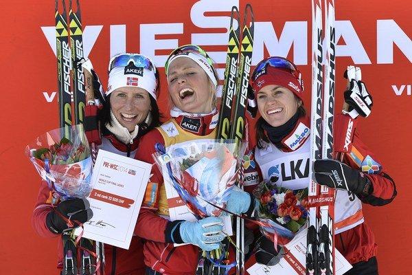 Tri najlepšie. V strede prvá Johaugová, vľavo Björgenová, vpravo Wengová.