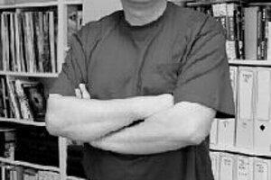 Miro Ulman (1959) ukončil Matematicko-fyzikálnu fakultu UK v Bratislave. V roku 1991 sa stal spoluzakladateľom a redaktorom filmového mesačníka Film Fan, ktorý vychádzal do roku 1995. Dva roky pôsobil ako publicista na voľnej nohe akreditovaný pre české f