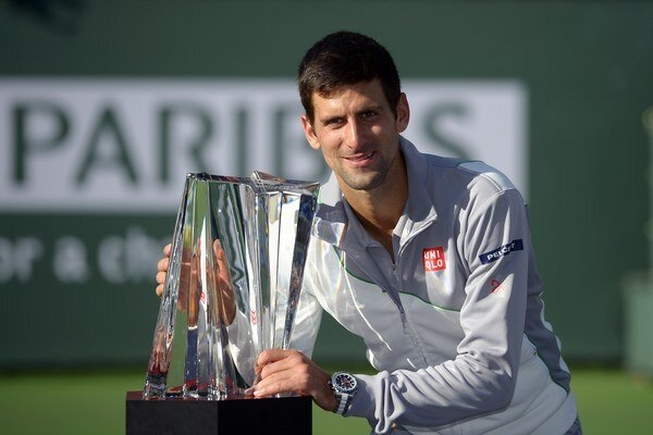 Novak Djokovič s trofejou pre víťaza turnaja v Indian Wells.