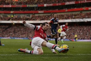 Zmluvu s Arsenalom Londýn predĺžil aj Santi Cazorla.