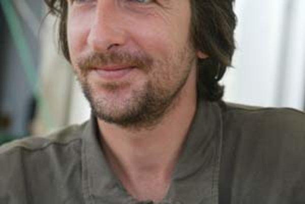Marek Vadas (1971), študoval na FF UK, žije v Bratislave, cestuje po Afrike, pracuje v reklame. Napísal Malý román (Cena Literárneho fondu), Univerzita, Diabol pod čapicou (obe s Emanom Erdélym, s ktorým v súčasnosti pracujú na cestopise), Prečo sa smrtka