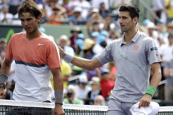 Novak Djokovič (vpravo) nepovolil Rafaelovi Nadalovi ani jeden brejkbal počas finále v Miami. V druhom seste uhral Španiel pri servise Srba len štyri fiftíny.