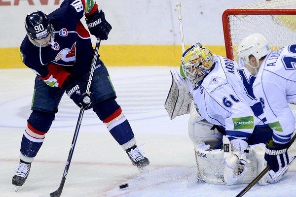 Libor Hudáček tečuje strelu Miroslava Šatana a upravuje skóre na 3:2 pre Slovan.