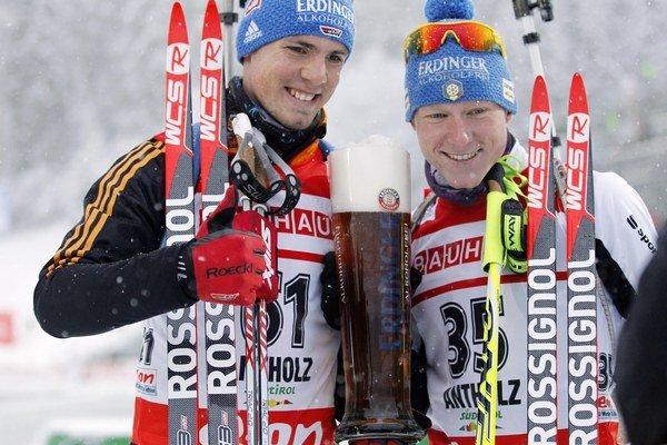Talian Lukas Hofer (vpravo) a Nemec Simon Schempp.