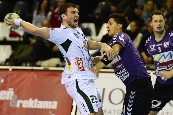 Vľavo hádzanár Tatrana Žarko Pejovič,  bráni ho hráč Mariboru Tadej Sok.