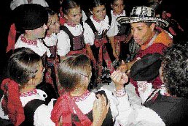 Medzinárodný folklórny festival Brno 2007 Už osemnásty ročník Medzinárodného folklórneho festivalu Brno sa päť dní koná v moravskej metropole, festival vrcholí tento víkend. Diváci obdivujú súbory z Černej Hory, Číny, Mongolska, Grécka, okolo tridsať súb