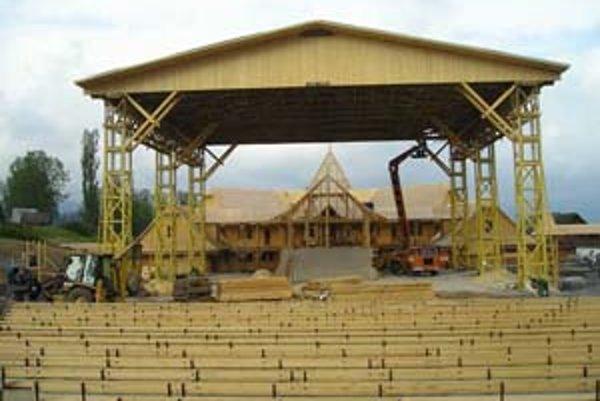 Hlavná scéna nového festivalového areálu vo Východnej pojme osemtisíc sediacich divákov, malá scéna tisíc.