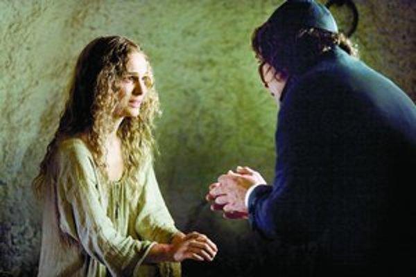Natalie Portman ako Ines, väznená španielskou inkvizíciou, vo filme Goyove prízraky. Vedľa Javier Bardem ako brat Lorenzo.