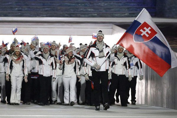 Slováci nastúpili na štadión s vlajkonosičom Zdenom Chárom. ZOH v Soči sa začínajú.