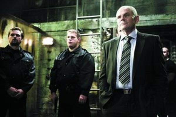Uhádnete, kto je muž vpravo? A – šéf mafie, B – šéf súkromnej televízie, C – bývalý politik, ktorý sa po rokoch vrátil k herectvu.