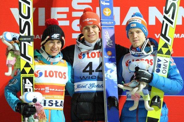 Michael Hayböck celkom vpravo. Vľavo Kamil Stoch a v strede Andreas Wellinger.